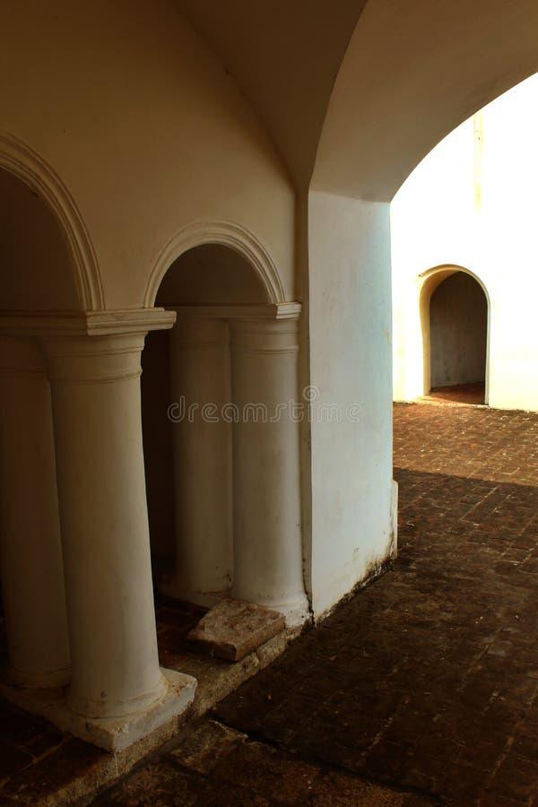 Pelaren för korridor för Manora fort den åldriga royaltyfri bild