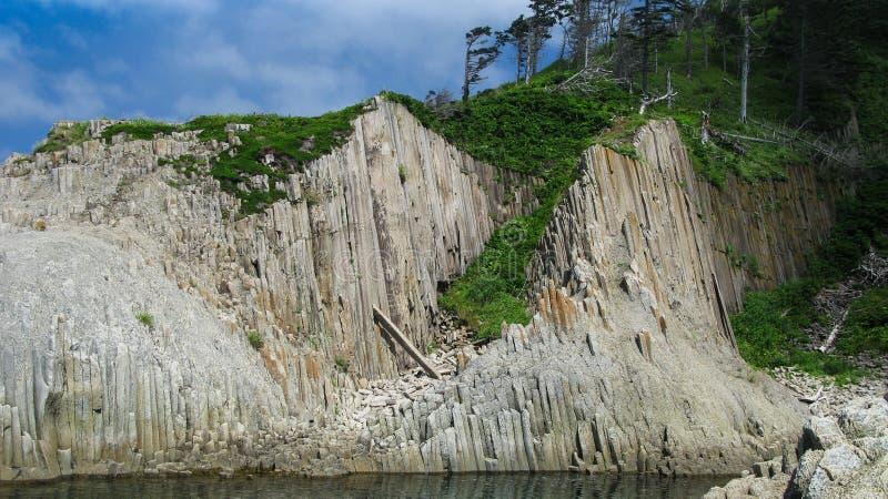 Pelaren vaggar av Stolbchatiy udde i Kunashir, Kuril öar Ryssland royaltyfri foto