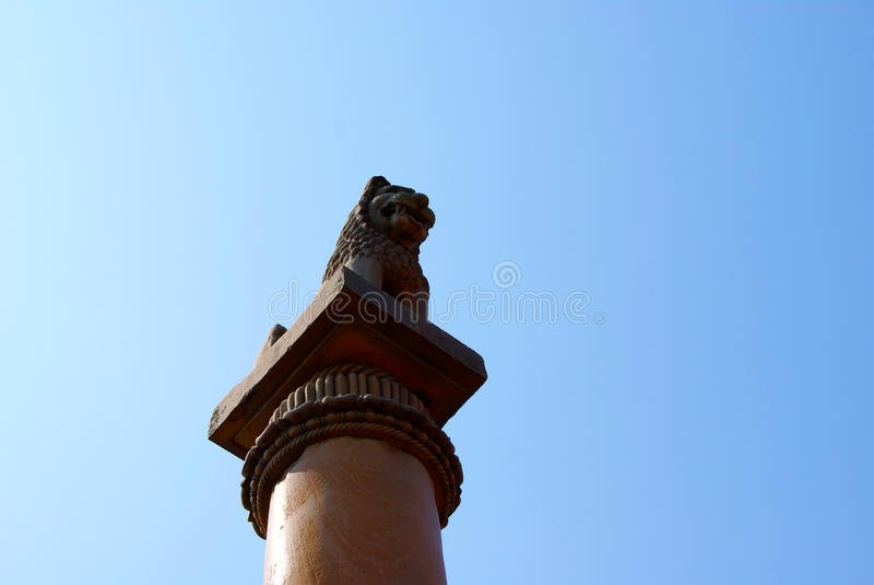 Pelarna grundar på Vaishali med den huvudAshoka för det enkla lejonet pelaren i Indien royaltyfria foton
