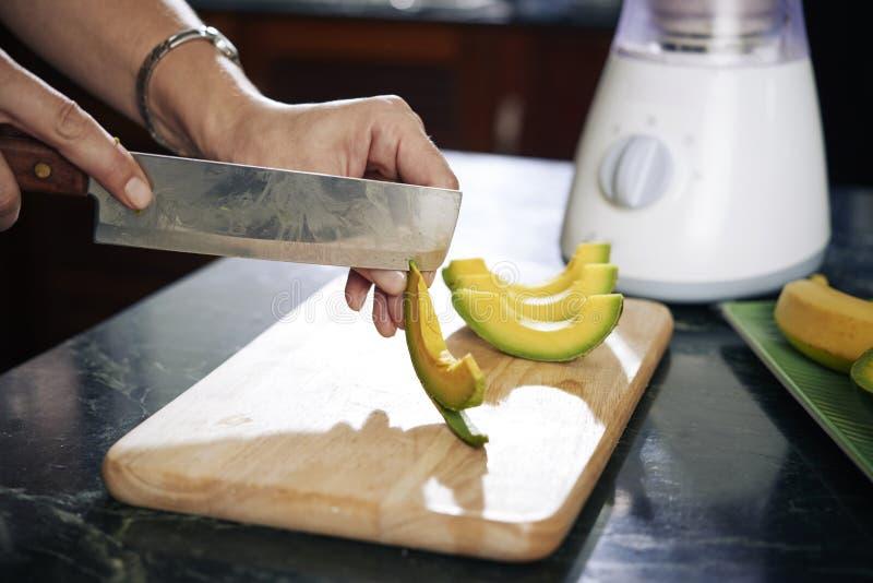 Pelatura dell'avocado immagini stock libere da diritti