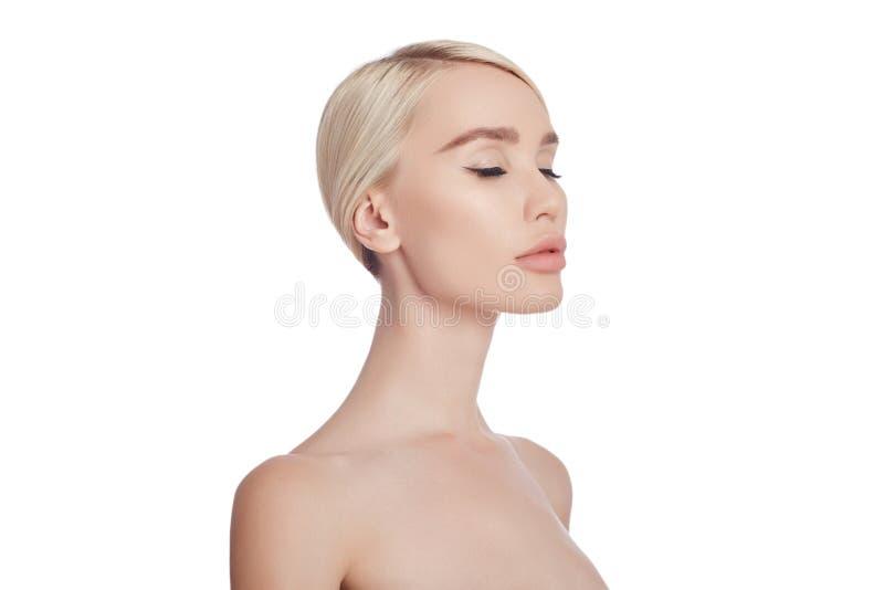 Pele limpa perfeita de uma mulher, um cosmético para enrugamentos Rejuvenescendo o efeito nos cuidados com a pele Poros limpos ne foto de stock