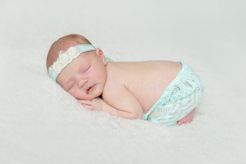 Pele macia do bebê recém-nascido que dorme, close up imagem de stock royalty free