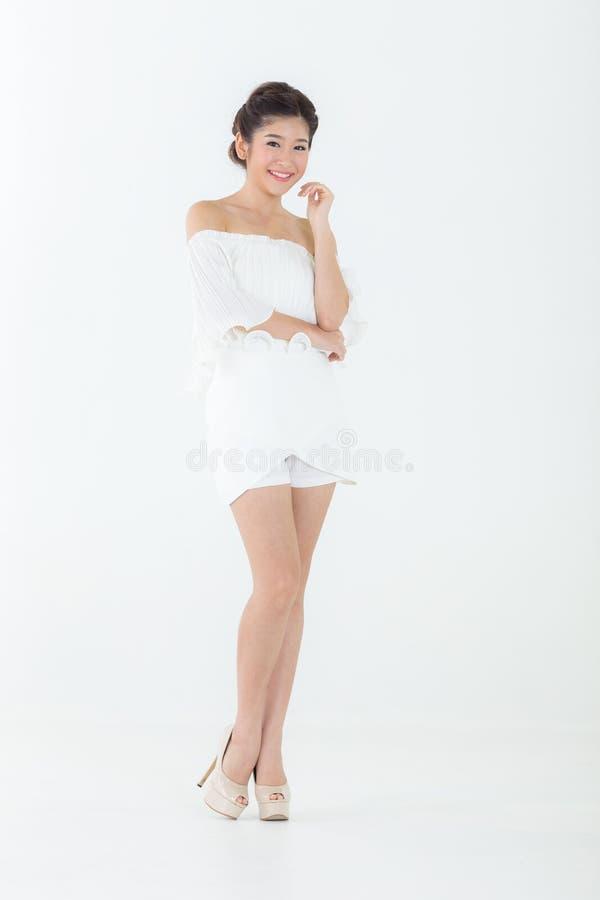 A pele perfeita da mulher asiática bonita aprecia e relaxa isolado em w fotos de stock royalty free