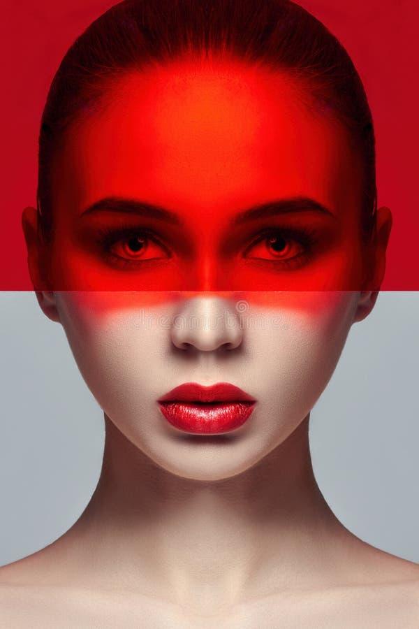 Pele perfeita pura e composição natural, cuidados com a pele, cosméticos naturais Pestanas longas e olhos grandes, filme vermelho imagem de stock royalty free