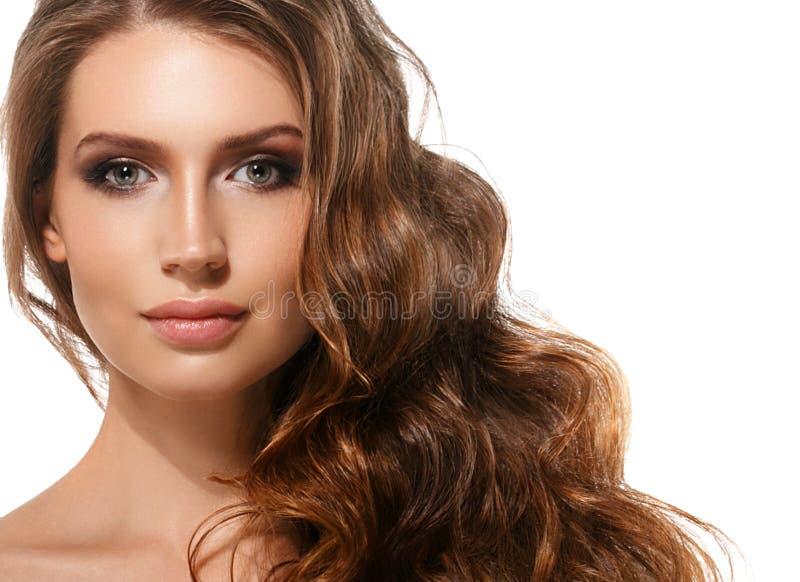 Pele saudável da beleza do cabelo longo vermelho bonito dos bordos da morena da mulher foto de stock royalty free
