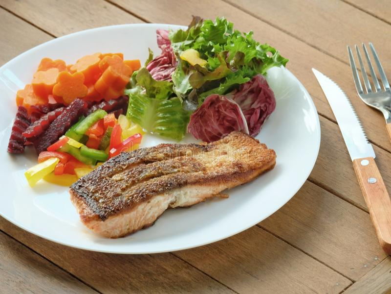 Pele torrada saudável Salmon Steak com salada misturada das cores fotos de stock royalty free