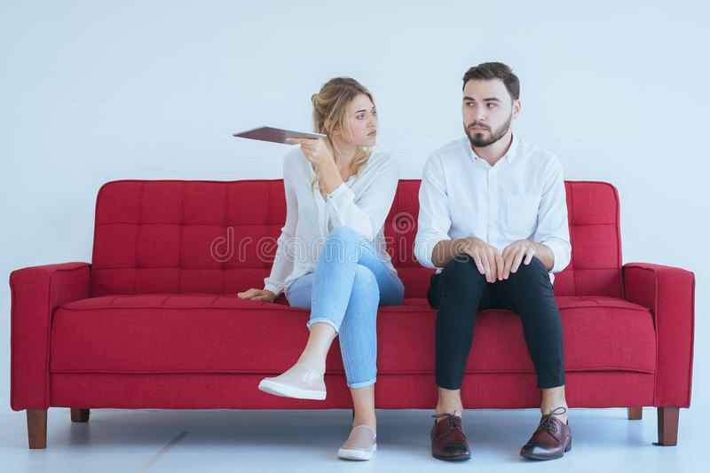 Pelea del marido con el conflicto y los pares que agujerean en la sala de estar, emoción negativa de la esposa foto de archivo libre de regalías