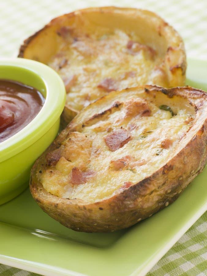 Peles de batata enchidas do queijo do presunto e de queijo Cheddar imagem de stock