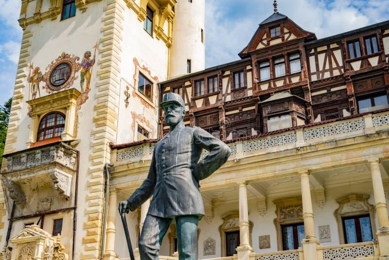 Peles Schloss Sinaia, Rumänien Juni, 9., 2019 Statue Königs Carol lizenzfreie stockfotos
