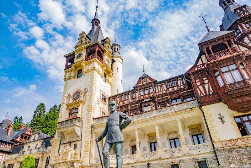 Peles Schloss Sinaia, Rumänien Juni, 9., 2019 Statue Königs Carol stockbilder