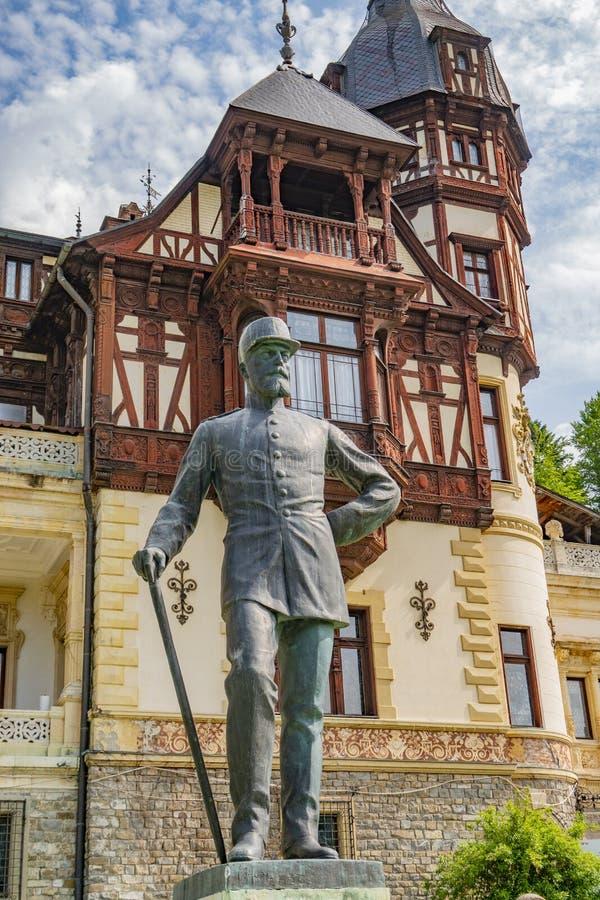 Peles Schloss Sinaia, Rumänien Juni, 9., 2019 Statue Königs Carol lizenzfreies stockfoto