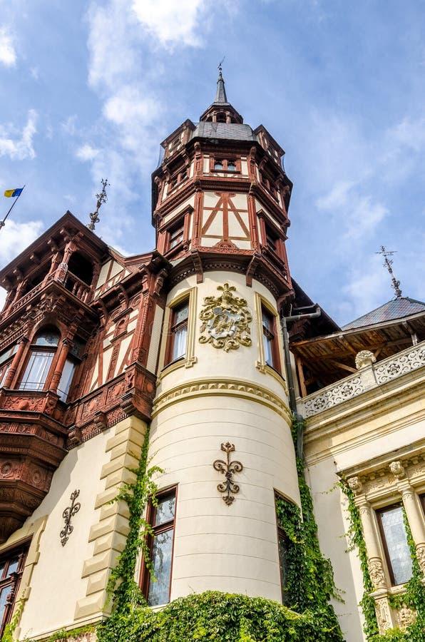 Peles slotttorn i Rumänien royaltyfri foto