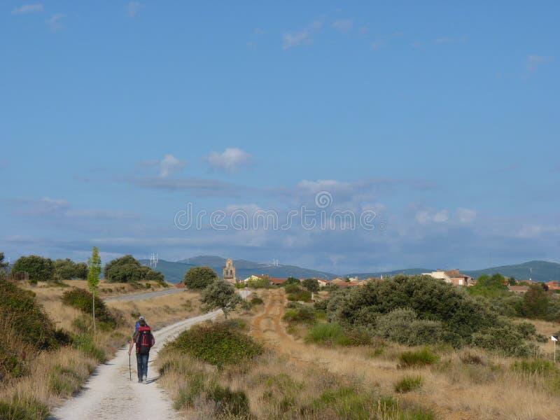 Pelgrim langs de manier van St James Mens die op Camino DE Santiago lopen stock foto