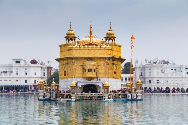 Pelgrims bij de Gouden Tempel, heiligste Sikh gurdwara in de wereld stock afbeelding