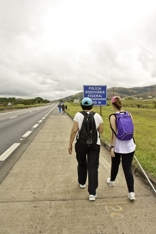 Pelgrims die aan aparecida-SP lopen (Brazilië) stock fotografie