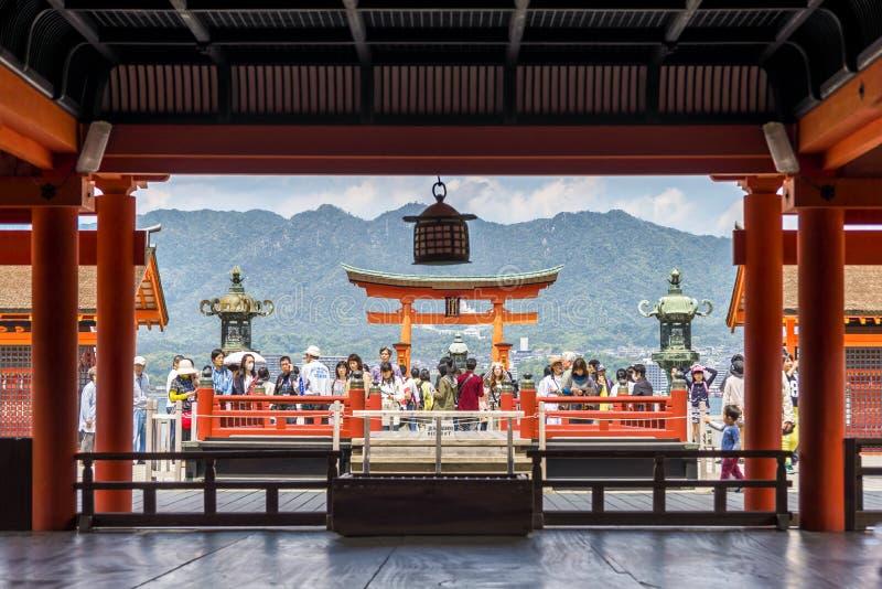 Pelgrims die Itsukushima-Heiligdom in Miyajima-Eiland, Japan bezoeken stock foto