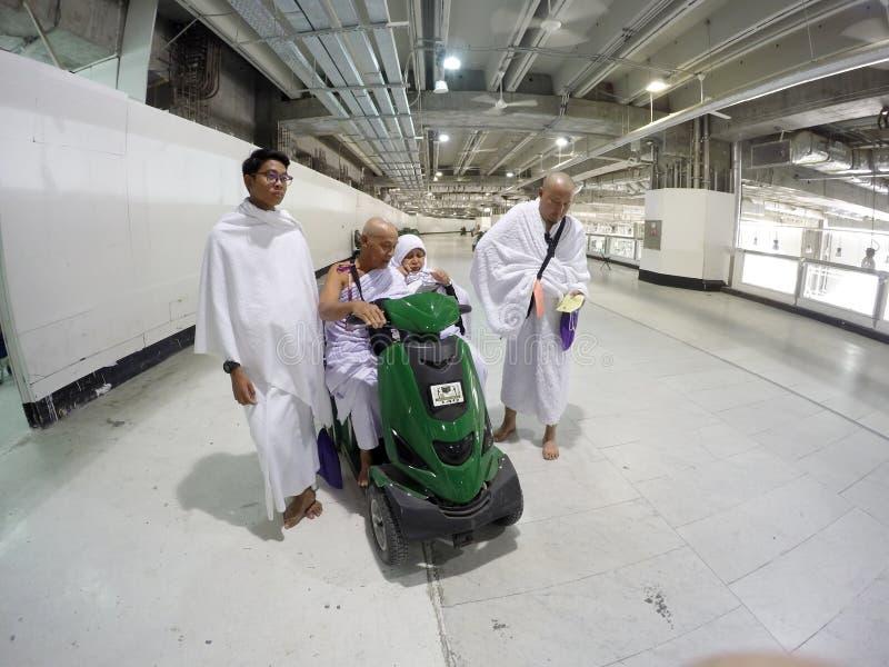 Pelgrims die met elektrische rolstoelen stellen stock foto