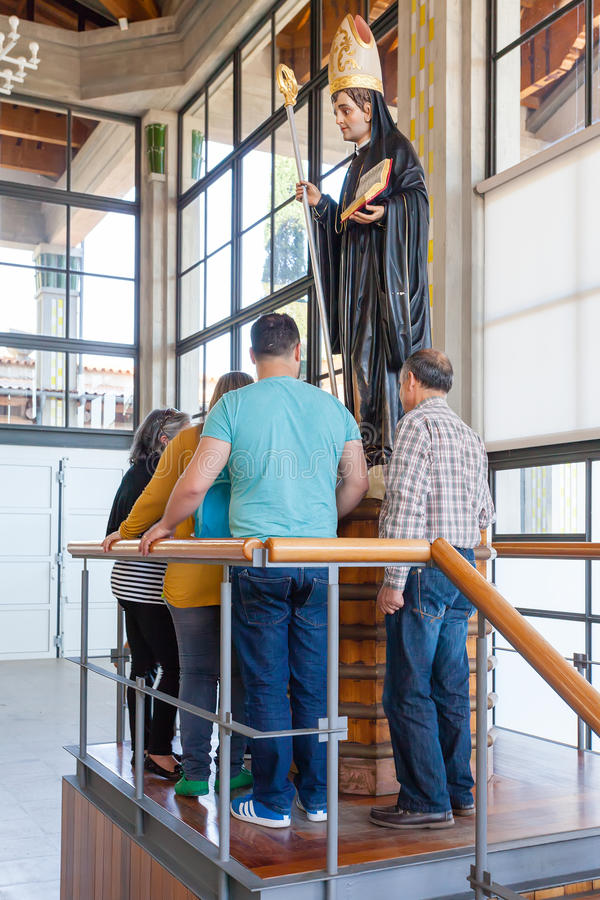 Pelgrims die St Benedict standbeeld in de Crypt worshiping stock afbeeldingen