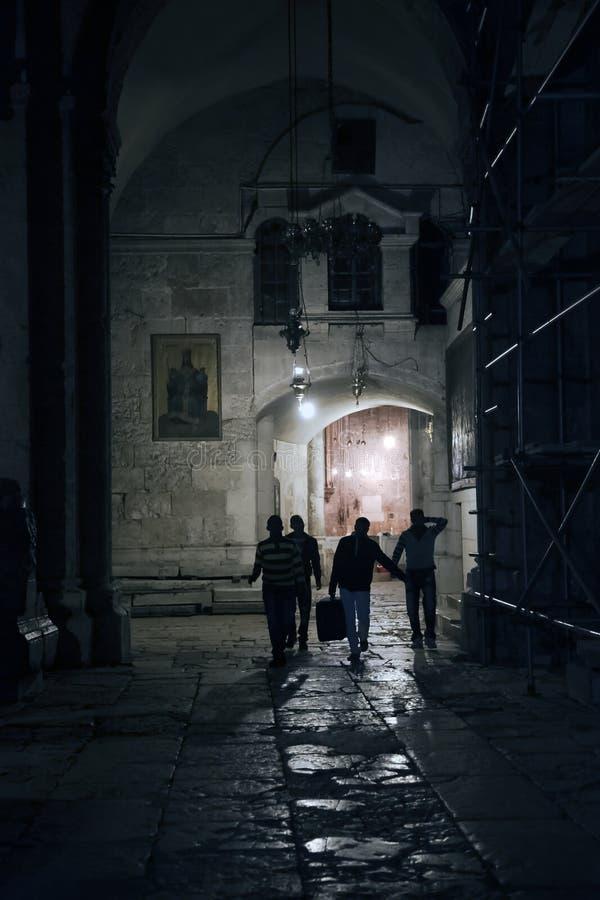 Download Pelgrims In Een Kerk Van Het Tempel Heilige Grafgewelf In Jeruzalem Stock Foto - Afbeelding bestaande uit christendom, jeruzalem: 54083692