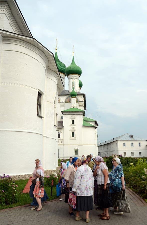 Pelgrims in het klooster van Vvedensky Tolga Het klooster van Vvedenskytolga Orthodox vrouwen` s klooster in Yaroslavl op de Volg stock afbeeldingen