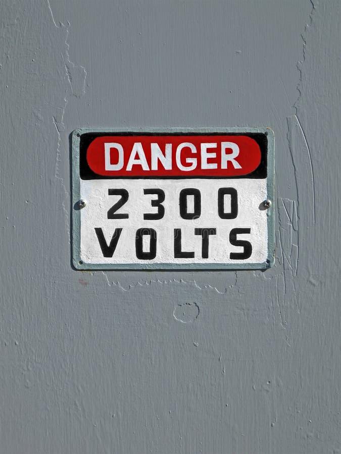 Peligro 2300 voltios, texto en la pared de la vendimia, foto de archivo