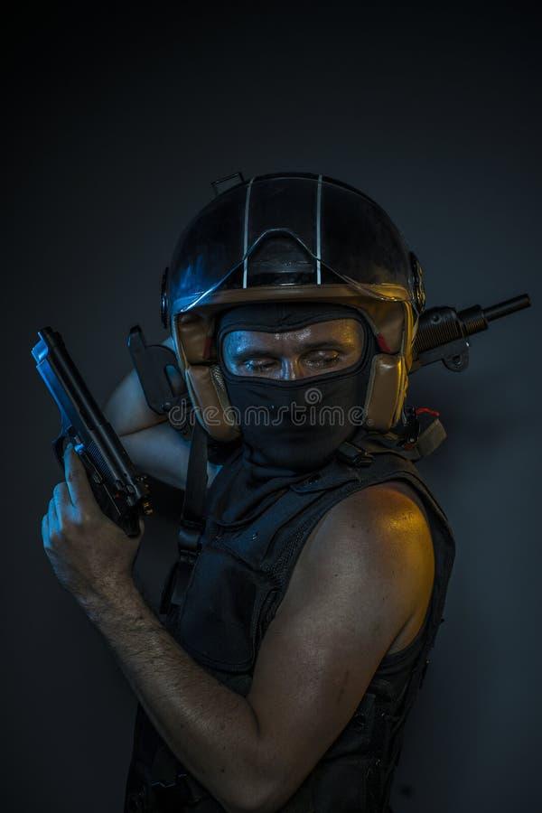 Peligro, asesino con el casco de la motocicleta y armas foto de archivo libre de regalías