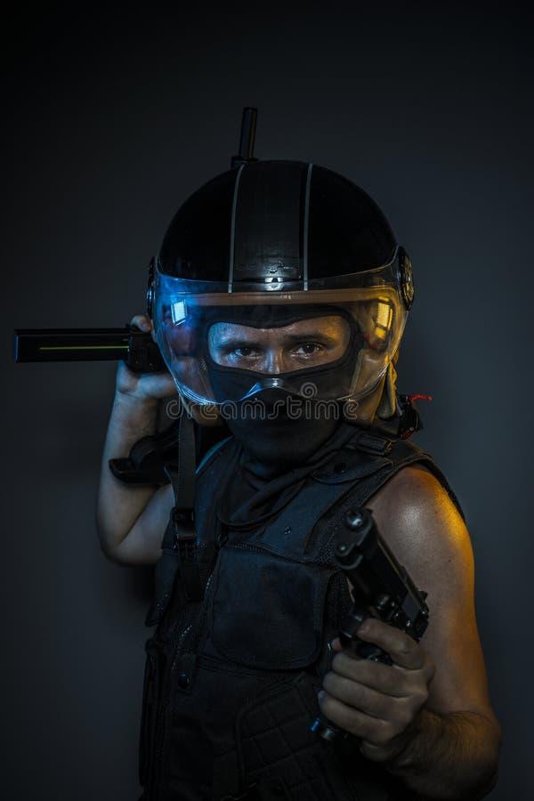 Peligro, asesino con el casco de la motocicleta y armas foto de archivo