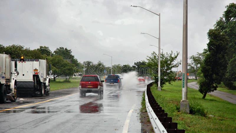 Peligro de la seguridad del salpicón del charco de los coches de la lluvia de Nueva York fotos de archivo