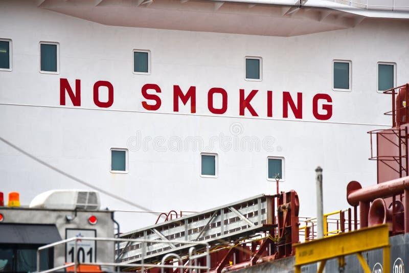 peligro De no fumadores en la nave fotografía de archivo