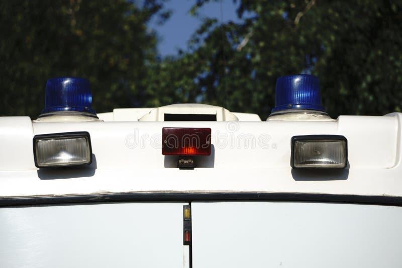 Peligro en el camino Interruptor intermitente azul en el coche policía en la noche imagen de archivo libre de regalías