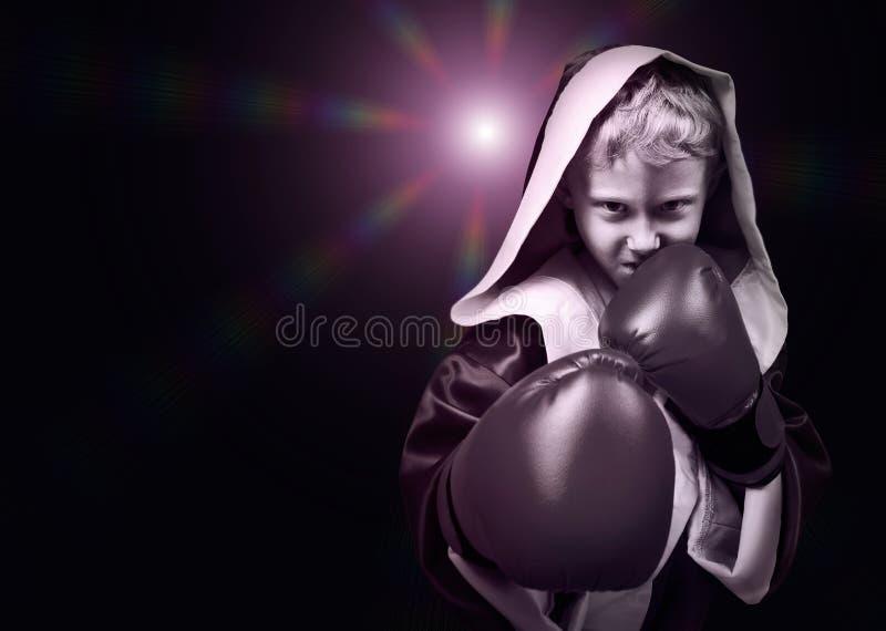Peligro que mira el retrato joven del combatiente del boxeo fotos de archivo