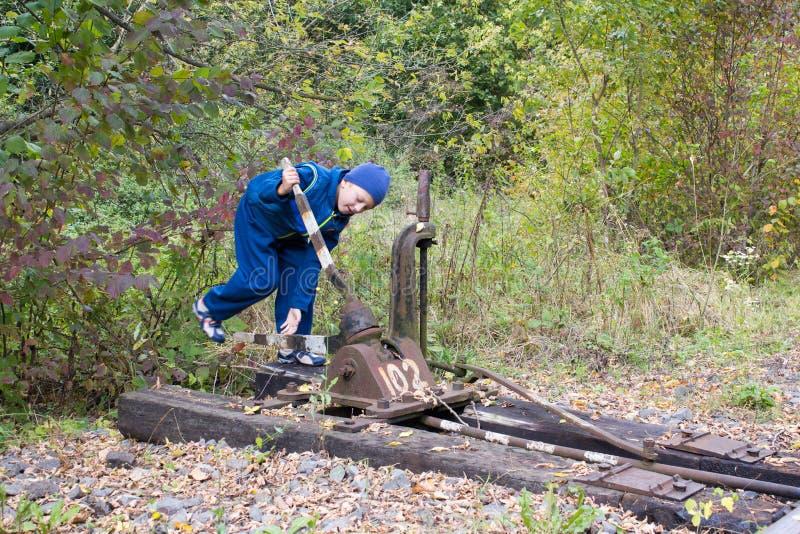 Peligroso al niño del ferrocarril foto de archivo