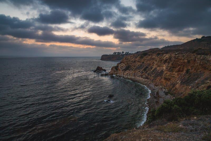 Pelikanliten vik och punkt Vicente efter solnedgång arkivbild