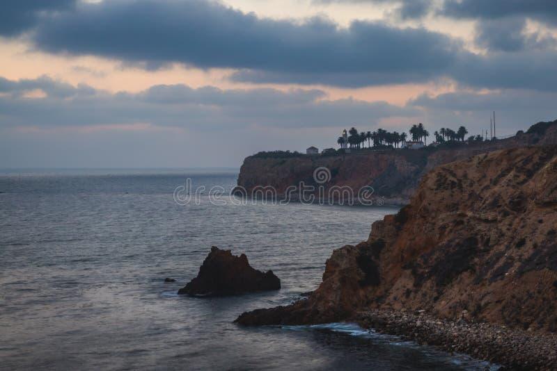 Pelikanliten vik och punkt Vicente efter solnedgång royaltyfria foton