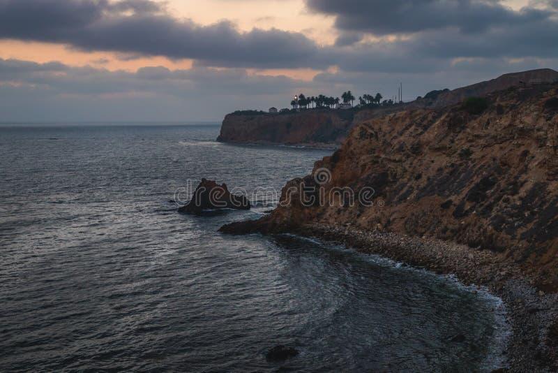 Pelikanliten vik och punkt Vicente efter solnedgång arkivfoton