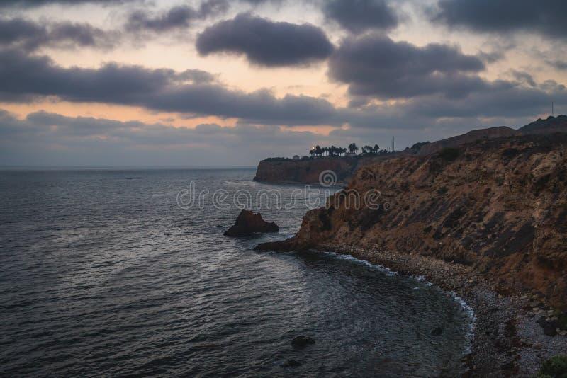 Pelikanliten vik och punkt Vicente efter solnedgång royaltyfri foto