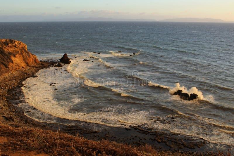 Pelikanliten vik under den guld- timmen, Palos Verdes Peninsula, Los Angeles, Kalifornien royaltyfri fotografi
