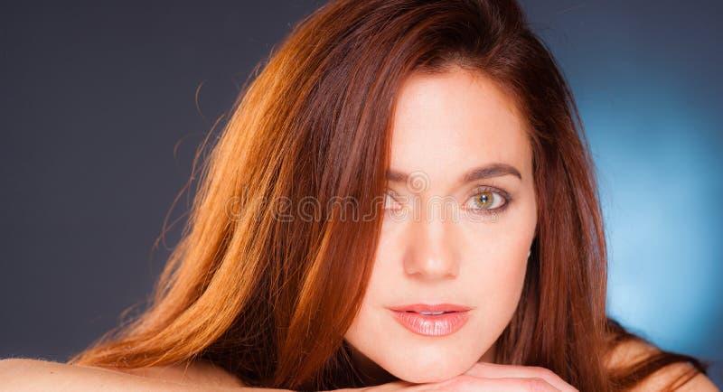 Pelirrojo femenino atractivo tirado cabeza íntima vibrante del retrato foto de archivo