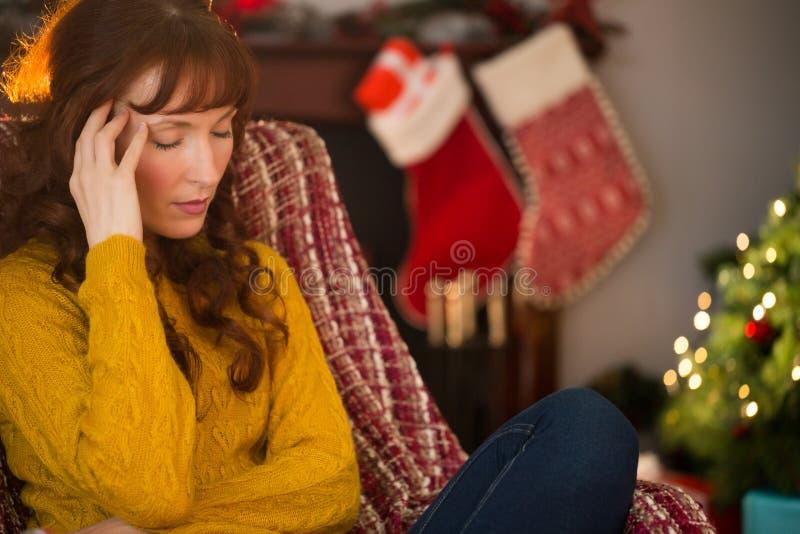 Pelirrojo infeliz que consigue un dolor de cabeza en la Navidad fotos de archivo