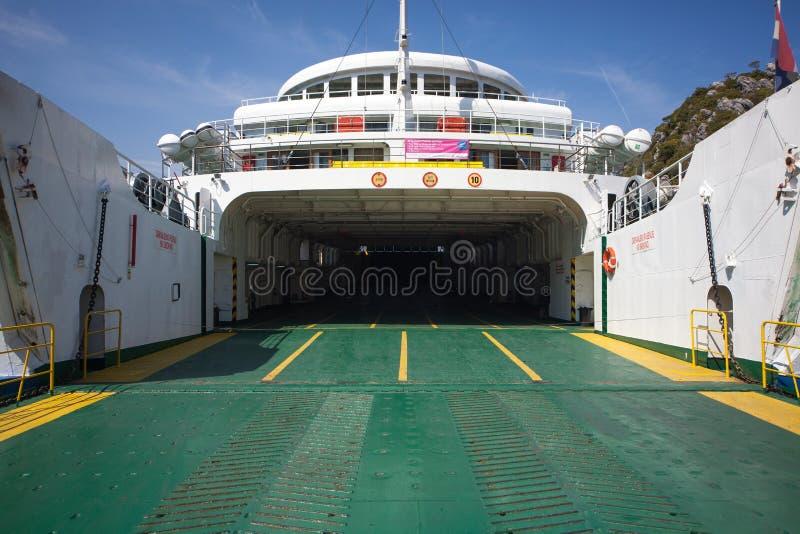 Peljesac, Croacia 16 de julio de 2014 - Vehículos que esperan del transbordador para a entrar y a enviar a la isla de Korcula imágenes de archivo libres de regalías