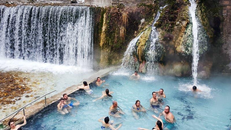 PELLA - MACEDONIË GRIEKENLAND, 17 Januari 2018: De baden van Loutrapozar als natuurlijke hete de lentes thermische baden binnen w stock afbeelding