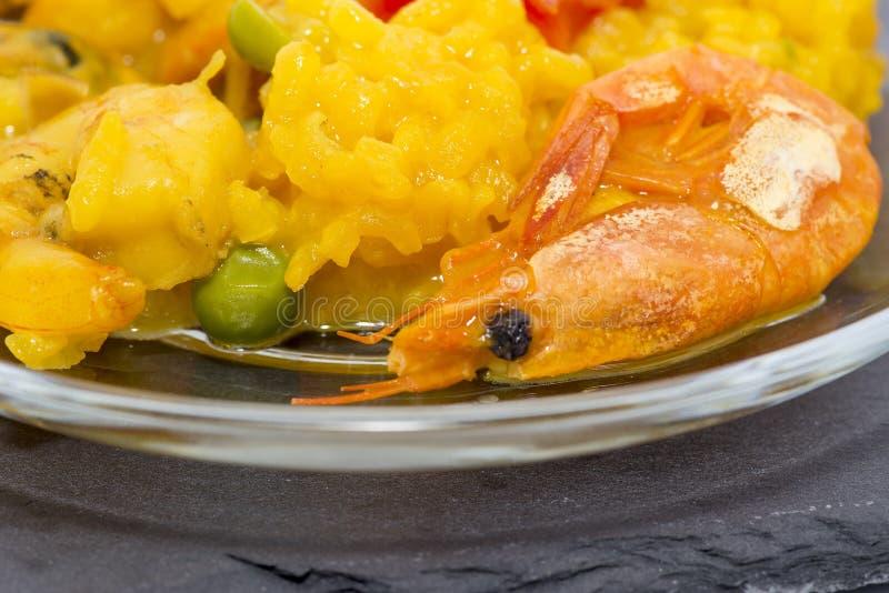 Pella typique de fruits de mer de Valence Riz aux crevettes, poissons et légumes images libres de droits