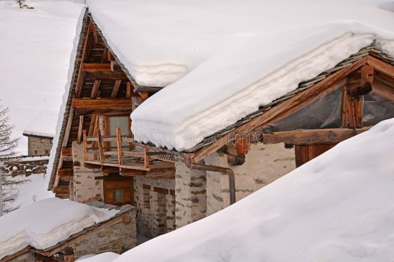 Pellaud alpin by i vinter, Rhemes dal, Aosta, Italien royaltyfri foto