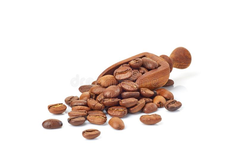 Pelle avec les grains de café rôtis sur le blanc image libre de droits