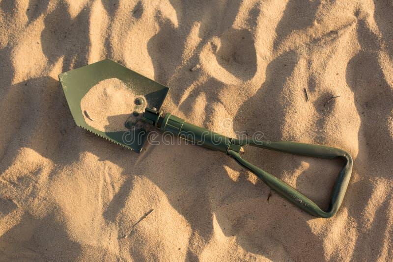 Pelle de marche Pelle dans le sable Pelle verte image stock