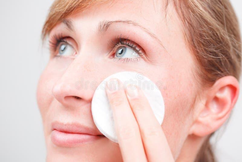 pelle della femmina del fronte di pulizia di cura fotografie stock