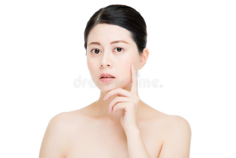 Pelle perfetta del fronte della donna di bellezza del modello di tocco asiatico del dito fotografie stock libere da diritti