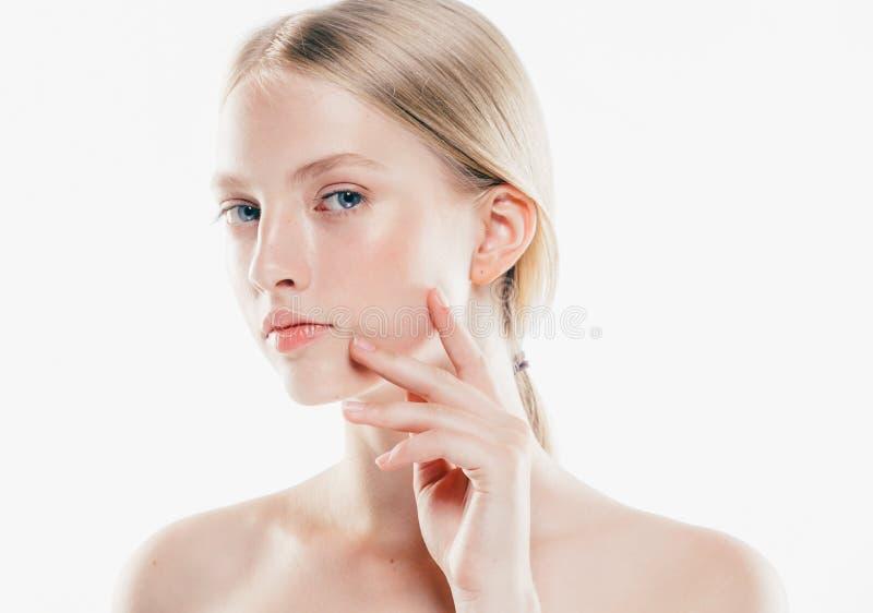 Pelle pura per il ritratto di modello della ragazza dei capelli biondi della donna cosmetica dei prodotti con le mani isolate su  immagini stock
