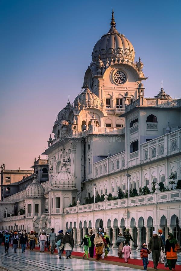 Pellegrini al tempio dorato in India immagine stock libera da diritti