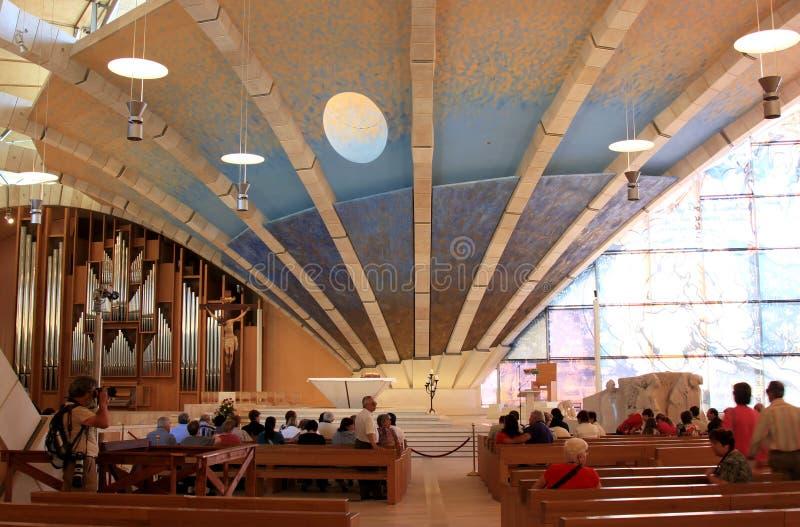 Pellegrini in cappellano Pio Pilgrimage Church, Italia fotografia stock
